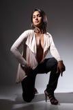 Modèle de mode voluptueux dans la pose sexy d'agenouillement Image libre de droits