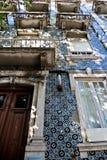 Modèle de mosaïque sur des maisons de Lisbonne Images stock