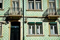 Modèle de mosaïque sur des maisons de Lisbonne Photographie stock libre de droits
