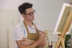 Modèle de peinture d'artiste au studio d'art Photo libre de droits