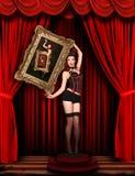 Modèle de pin-up de cirque sur l'étape drapée par rouge Photo libre de droits