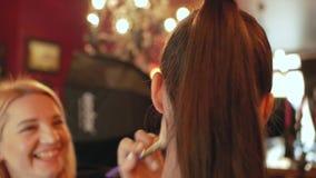 Modèle de poudre d'artiste de maquillage de femme pour la séance photo le modèle de photo se prépare à une séance photo banque de vidéos
