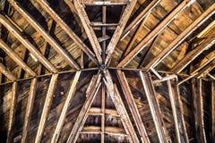 Modèle de poutre en bois sur le plafond intérieur dans la grange rustique image libre de droits