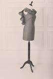 Modèle de robe sur un mannequin femelle Image stock
