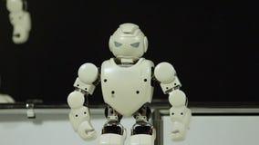 Modèle de robot déplaçant ses mains, future technologie et jouet, intelligence artificielle