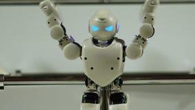 Modèle de robot d'intelligence artificielle étirant des bras, la future technologie et le jouet