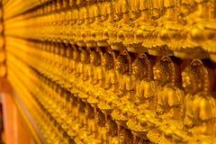 Modèle de sculpture de découpage en bois d'or en Bouddha sur le mur chinois de temple Photos stock