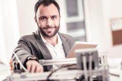 Modèle de sourire d'impression de concepteur sur l'imprimante 3D photographie stock