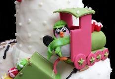 Modèle de sucre de pingouin de Kawaii dans un train Photographie stock libre de droits
