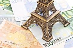 Modèle de Tour Eiffel sur d'euro billets de banque Photos stock