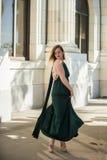 Modèle de tournoiement et sa robe débordante Image stock