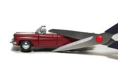 Modèle de véhicule avec les ciseaux de papier photos libres de droits