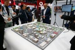 Modèle de ville avec la connectivité 5G au congrès mobile 2019 du monde photos libres de droits