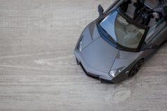 Modèle de voiture de sport sur le fond en bois Images stock
