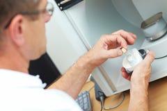 Modèle dentaire dans un module de balayage 3D Images libres de droits