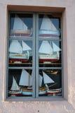 Modèle des bateaux de navigation de Bracera dans la fenêtre Photographie stock libre de droits