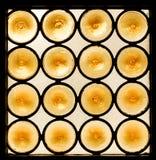 Modèle des cercles jaunes dans la fenêtre en verre teinté Photos stock