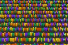 Modèle des comprimés jaunes, violets et verts de cylindre sur le fond noir Photographie stock libre de droits