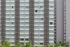 Modèle des fenêtres dans la chambre de condominium avec le petit balco ci-joint image libre de droits