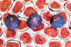 Modèle des figues mûres coupées en tranches avec la totalité sur le dessus, d'isolement sur le fond blanc Illustration de fruit P Photo libre de droits
