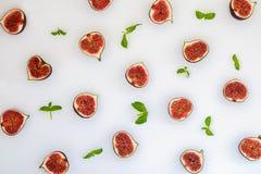 Modèle des figues mûres coupées en tranches avec les feuilles en bon état d'isolement sur le fond blanc Illustration de fruit Pho Photo stock