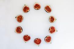 Modèle des figues mûres sous la forme un cercle d'isolement sur le fond blanc Illustration de fruit Photo de nourriture Configura Images libres de droits