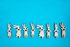 Modèle des lièvres en bois sur un fond Concept de Pâques image libre de droits