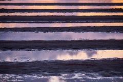 Modèle des magmas devant un lac le soir créant un modèle horizontal coloré image libre de droits
