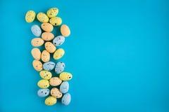 Modèle des oeufs peints colorés sur un fond Concept de Pâques photo libre de droits