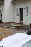 Modèle devant la maison neuve de construction Photo libre de droits