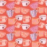 Modèle drôle avec les tasses multicolores sur un fond rouge Images stock