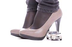 Modèle du véhicule au sujet des chaussures Image libre de droits
