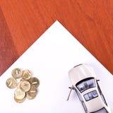 Modèle du véhicule et des pièces de monnaie Photos libres de droits
