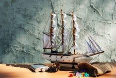 Modèle en bois de jouet de bateau de voile Photos stock