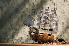 Modèle en bois de jouet de bateau de voile avec des coquilles Photographie stock