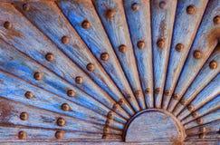 Modèle en bois fleuri avec des rivets en métal photo libre de droits
