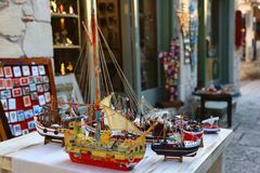 Modèle en bois multicolore du bateau sur le petit village de Halkidiki Jour ensoleillé image libre de droits