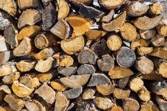 Modèle en bois Pile de bois de chauffage à l'hiver Photos stock