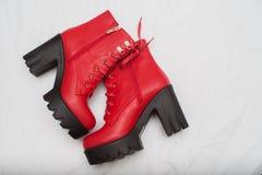 Modèle en portant une paire de bottes rouges pendant Armani défilez images stock