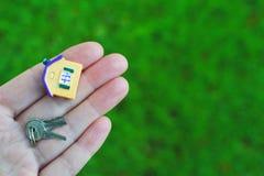 Modèle et clés de maison de participation de main images libres de droits