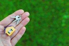 Modèle et clés de maison de participation de main photographie stock