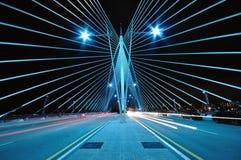 Modèle et conception de pont avec des traînées de lumière de voiture Photographie stock libre de droits