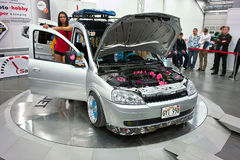 Modèle et Opel Combo Photo stock