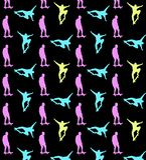Modèle faisant de la planche à roulettes sans couture avec les silhouettes multicolores des planchistes sur le fond noir illustration stock