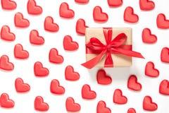Modèle fait de coeurs rouges et un cadeau avec l'arc sur le fond blanc Coeur dans le style isométrique Carte du `s de Valentine Image libre de droits
