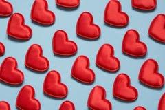 Modèle fait de coeurs rouges sur le bleu Coeur dans le style isométrique Carte du `s de Valentine Peut être l'utilisation pour le Photo libre de droits