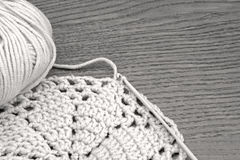Modèle fait main de napperon de crochet, tricotant, cousant Fils de coton pour le tricotage et un crochet Napperon de crochet, ca Photographie stock libre de droits