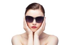 Modèle fascinant utilisant les lunettes de soleil élégantes Photographie stock
