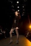 Modèle femelle à un défilé de mode images libres de droits