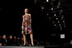 Modèle femelle à un défilé de mode (mode russe nous Photographie stock libre de droits